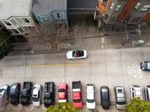 Жилая автостоянка на улице города Сан-Франциско с автомобилями на ей стоковое фото rf