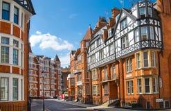 Жилая ария Kensington с строкой периодических зданий Роскошное свойство в центре Лондона Улица церков Kensington стоковая фотография rf