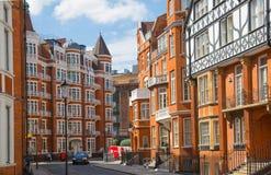Жилая ария Kensington с строкой периодических зданий Роскошное свойство в центре Лондона Улица церков Kensington стоковые изображения rf