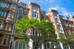 Жилая ария Kensington с строкой периодических зданий Роскошное свойство в центре Лондона Улица церков Kensington стоковое фото