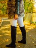Жилет меха женщины нося длинный во время осени стоковые изображения rf