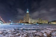 Жилое многоэтажное здание эры Сталина на обваловке Kotelnicheskaya в зиме стоковые фотографии rf