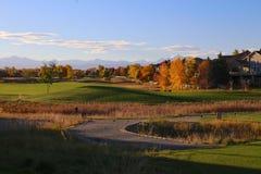 Жилое поле для гольфа в Broomfield, Колорадо с цветами падения и скалистыми горами стоковые фото