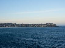 Жилое пригорода Bondi в Сиднее, NSW на прибрежном утесе с видом на океан стоковое изображение