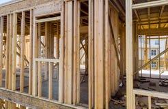 Жилой домашний обрамляя взгляд на конструкции нового дома деревянной нижней стоковая фотография rf