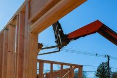 Жилой домашний обрамляя взгляд на конструкции нового дома деревянной нижней стоковые изображения