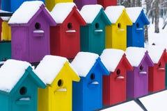 Жилой дом для птиц Красивые пестротканые birdhouses Зима стоковые фото