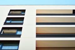 жилой дом Нов-строения на солнечный летний день стоковое фото