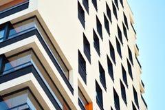 жилой дом Нов-строения на солнечный летний день стоковое изображение