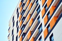 жилой дом Нов-строения на солнечный летний день стоковые фотографии rf