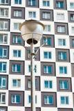 жилой дом самомоднейший Фото высокорослого блока квартир против голубого неба Стоковая Фотография RF