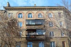 Жилой дом с украшениями на улице в октябре, городе Магнитогорск, России стоковые изображения