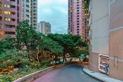 Жилой район высотного здания города Гонконга частный в вечере Сценарный городской пейзаж с зданиями небоскреба и узким stre стоковое фото rf