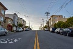 Жилой район и нечестная улица в Сан-Франциско с викторианскими домами на заходе солнца стоковые изображения rf