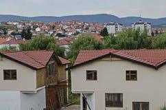 Жилой район современных македонских домов в городке Delchevo среди гор Maleshevo и Osogovo, Македонии стоковые фотографии rf