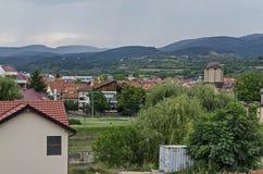 Жилой район современных македонских домов в городке Delchevo среди гор Maleshevo и Osogovo, Македонии стоковые фото
