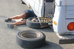 Жилой фургон имея колесо изменить стоковая фотография rf