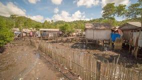 Жилые дома в плохом районе ` s города увенчивают Busuanga Взгляды трущоб ` s города от реки Стоковые Фото