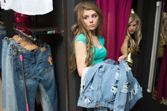 2 джинса покупки девушек в магазине утомленная подруга Стоковое Фото