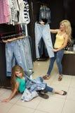 2 джинса покупки девушек в магазине утомленная подруга Стоковое Изображение RF