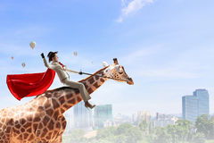 Жираф седловины девушки Мультимедиа Стоковые Изображения RF