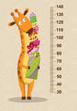 Жираф шаржа с подарками на бежевой предпосылке Stadiometer вектор Стоковые Фотографии RF