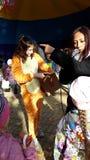 Жираф эстрадных артистов ` s детей дает подарки Вручитель с микрофоном стоковая фотография rf