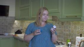 Жирная девушка в кухне сток-видео