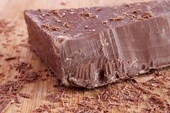 Жирный кусок молочного шоколада и shavings Стоковая Фотография RF