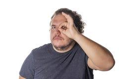 Жирный человек вытаращить на что-то на белой предпосылке стоковая фотография rf