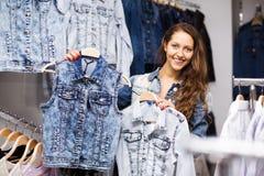 Жилет приобретения маленькой девочки в магазине Стоковое Изображение RF