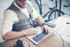 Жилет рубашки бородатого бизнесмена крупного плана нося белый работая современный проект запуска студии Творческое молодое исполь Стоковые Изображения