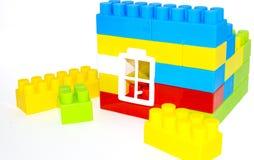 Жилищное строительство от кирпичей lego на белизне Стоковое Изображение