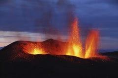 Жидкая лава извергает от Eyjafjallajokull Fimmvorduhals Исландии Стоковое Фото