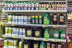 Жидкостное удобрение на магазине сада стоковое фото