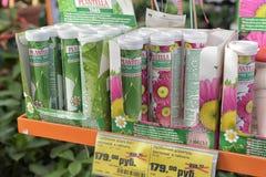 Жидкостное удобрение на магазине сада стоковое изображение rf