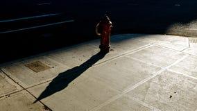 Жидкостный огнетушитель города в солнечном свете Стоковые Фотографии RF