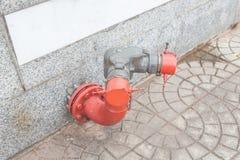 Жидкостный огнетушитель на тротуаре стоковое изображение