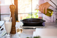 Жидкость льет на сковороду Стоковые Изображения RF