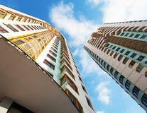 2 жилого дома на предпосылке голубого неба Стоковое Изображение RF