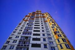 жилой дом Мульти-этажа на предпосылке неба Стоковые Изображения RF