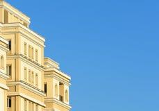 Жилой дом на предпосылке голубого неба Стоковые Изображения RF