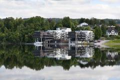 Жилой дом отражая на озере Стоковые Изображения