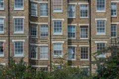 Жилой дом с красными кирпичами и белыми окнами в восточном Лондоне Стоковое фото RF