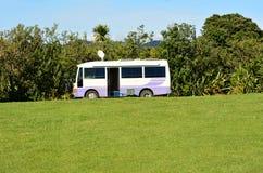 Жилой фургон в зеленом пустом кемпинге стоковые фотографии rf