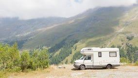 Жилой фургон припаркованный высоко в горах Стоковые Изображения