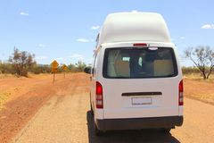 Жилой фургон управляет внедорожным в захолустье Австралии Стоковые Изображения