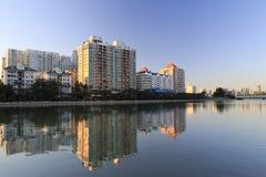 Жилые дома озером Стоковое Фото