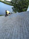 Жилые ремонты крыши гонта; Roofer Стоковые Фотографии RF