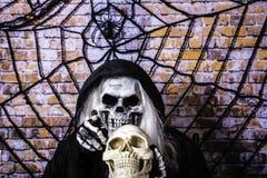 Жнец Grimm и череп человека Стоковое Изображение
